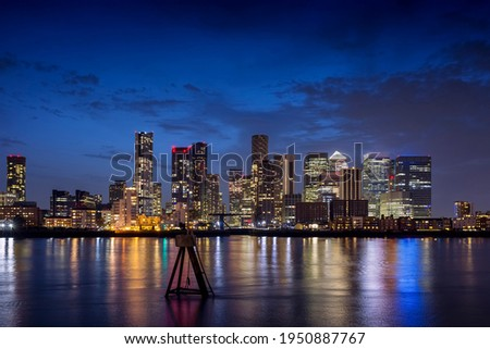 Night view to the illuminated skyline of the financial district Canary Wharf in London, United Kingdom Stockfoto ©