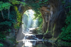 Nomizo Falls and Kameiwa Cave are waterfalls that flow through the Kameiwa cave in Kimitsu City, Chiba Prefecture.