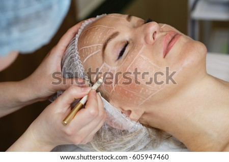 Non-surgical face lifting. SMAS lifting ultrasonic. Facelift. The process of rejuvenation. Spa treatment. Hardware cosmetology. Stock foto ©