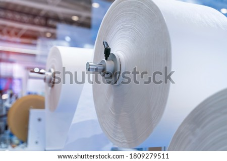 non woven material on automatic machine for the manufacture of medical masks with nanofiber. Coronavirus and Covid-19 Protection Stockfoto ©