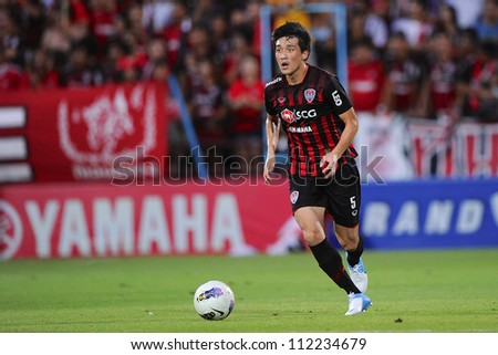 NONTHABURI THAILAND-AUGUST8:	Ri Kwang-Chon (Red) of SCG MuangThong utd. in action during Thai Premier League between SCG Muangthong utd.and Buriram utd. on August 8,2012 in Nonthaburi,Thailand