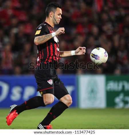 NONTHABURI THAILAND-SEPTEMBER 9:Paulo Rangel (red)of SCG Muangthong Utd.control the ball during Thai Premier League between SCG Muangthong utd.and Wuachon utd. at SCG Stadium on Sep 9,2012 in,Thailand