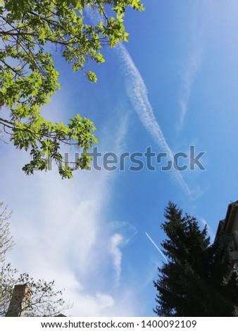 Nori albi pe cerul albastru Imagine de stoc ©