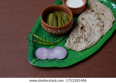 North Karnataka flatbread and gravy / Authentic North Karnataka food rotti or roti with ridge gourd gravy / Rotti Uta (Roti Meals) Stock fotó ©