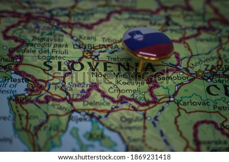 Novo Mesto pinned on a map with flag of Slovenia Foto stock ©