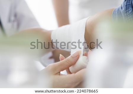 Nurse bandage to the patient\'s arm