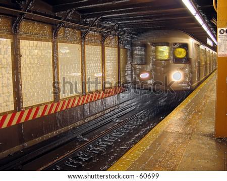NYC MTA U-BAHN - W Zug an Rathaus Stationiert w/ Kunststoffhülle