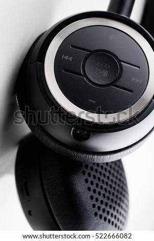 Object : wireless black headphone on white background / close up #522666082