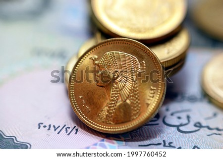 obverse side of Egyptian 50 fifty piasters 2021 AD, 1442 AH, on a blurred 50 piasters coinage and fifty piasters background, circulating Egyptian coins money background with queen Cleopatra slogan Foto stock ©