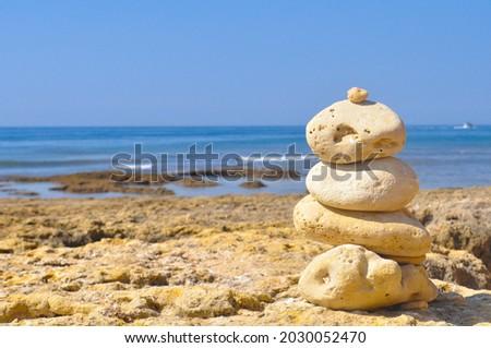 Ocean and stones in olhos d'água beach Stok fotoğraf ©