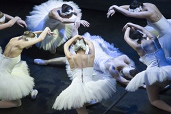 Odette death and resurrection in the performance of Swan Lake of Pyotr Tchaikovsky and Petipa
