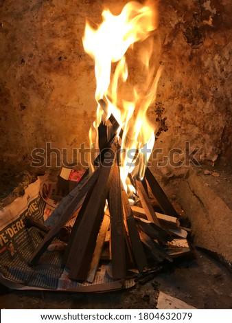 Odunlardan Ateş Yakıp Mangal Yapmak Stok fotoğraf ©
