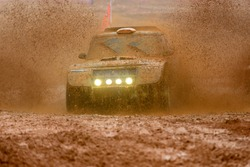 Off-road vehicles to advance bravely splashed mud