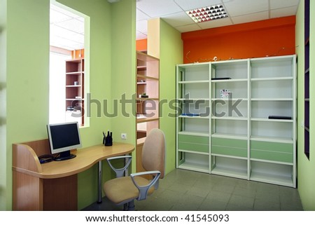 Office of the employee of an average link at large office