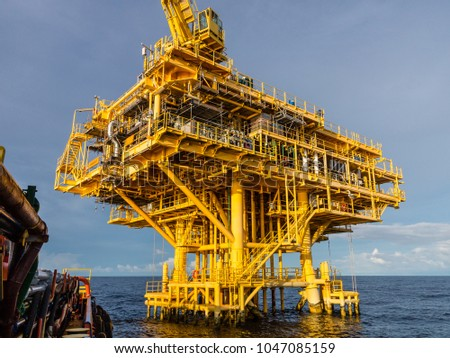 Oil and Gas central processing platform and remote platform produced natural gas and liquid condensate for set to onshore refinery #1047085159