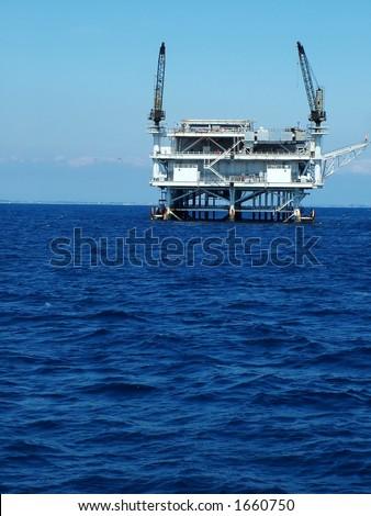 Oleie a plataforma fora da costa de Califórnia, vertical
