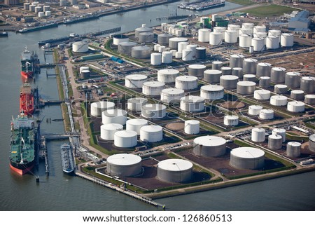 Oil storage and shipping in a harbor terminal