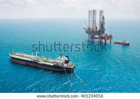 Oil tanker and oil rig in the gulf
