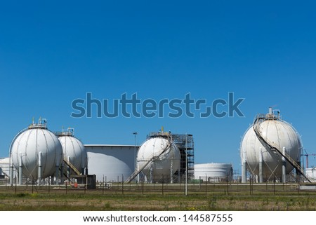 Oil terminal for the storage and production of oil and petrochemical products