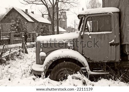 old abandoned old truck in winter