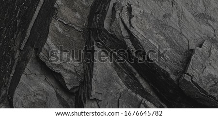 Old Aged Shabby Cliff Face And Divided By Huge Cracks And Layers. Coarse, Rough Gray Stone Or Rock Texture Of Mountains, Background And Copy Space For Text On Theme Geology And Mountaineering. Foto d'archivio ©