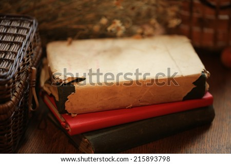 http://www.shutterstock.com/ru/pic-215893798/stock-photo-old-books-of-dried-daisy-flowers-retro-basket.html?src=jbJfCWTgnY9_1XyC6aDsVA-1-7