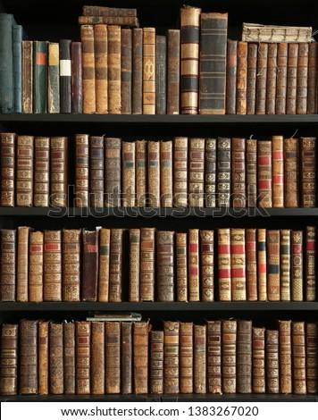 old books on wooden shelf Foto stock ©