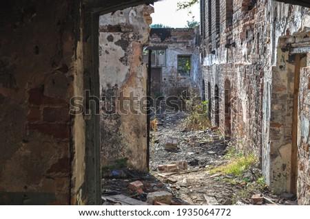 old building ruin interior, damaged brick wall abandoned Foto stock ©