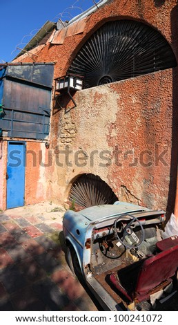 Old car on the grunge building wall background