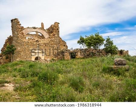 Old Churchif Fet uninhabited village at the edge of Canyelles reservoir, Huesca province, Spain Stok fotoğraf ©