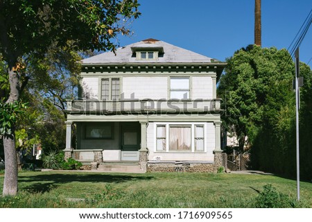 Old decrepit home in need of repair - Scary abandoned house - Fixer Upper in Need of Repairs ストックフォト ©