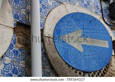Old directional traffic sign in Lisbon, Portugal #789364327