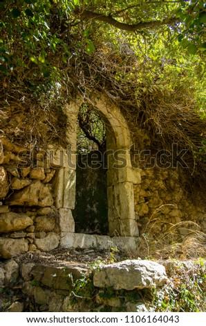 Old door frame without door of an abandoned house in Myli, Crete, Greece Zdjęcia stock ©