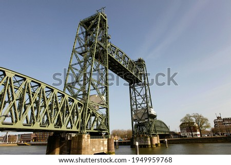 Old famous and monumental Koningshavenbrug ('De Hef) in Rotterdam, The Netherlands. This iconic bridge is a lifting railway bridge, one of the landmarks of Rotterdam. Stockfoto ©