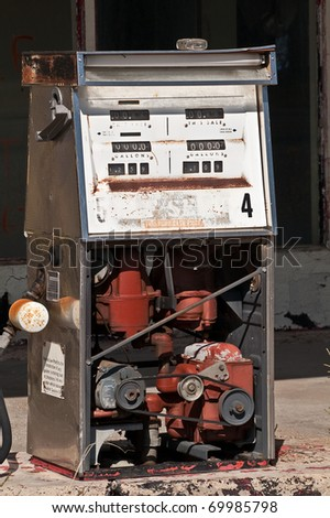 Old gas pump with low prices and easy access to the mechanical parts