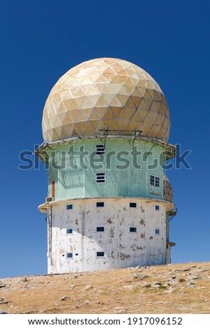 Old grunge looking abandoned observatory on top of serra da estrella, Portugal, EU, highest mountain in Portugal Foto stock ©
