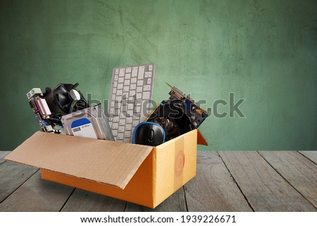 Old harddisk dive and motherboards and used keyboard with mouse old computer hardware accessories in paper boxes on wooden floor, Obsolete equipment is electronic waste Reuse and Recycle concept. Foto stock ©