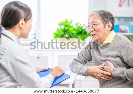 Old man see the female doctor due to heart disease and hypertension Foto d'archivio ©