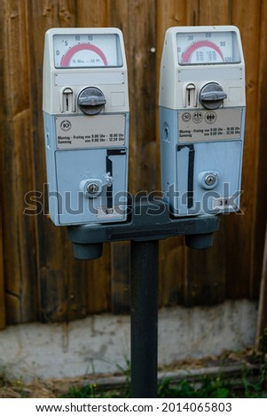 Old mechanical German dual parking meters in Menzenschwand (St. Blasien), Baden-Württemberg, Germany. German text translation : 'Monday - Friday from 9AM - 6PM' 'Saturday from 9AM - 6PM' Zdjęcia stock ©