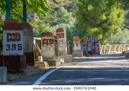 Old milestones exposed on the Bailen-Motril road (N-323) as it passes through La Cerradura de Pegalajar (Jaen-Spain) Foto stock ©