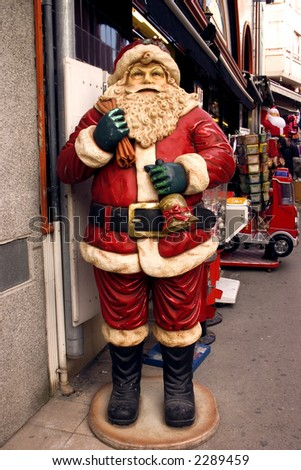 Old, ornamentall Santa statue decorates a busy street in Spain.