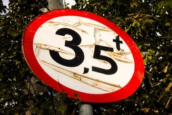 Old road sign limited to 3.5 tons