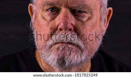 Old Senior Man With Scraggly Beard Looking At Camera Stock foto ©