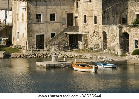 Old stone houses in the port - Old stone house, pier, and fishing boats in Tribanj Lisarica