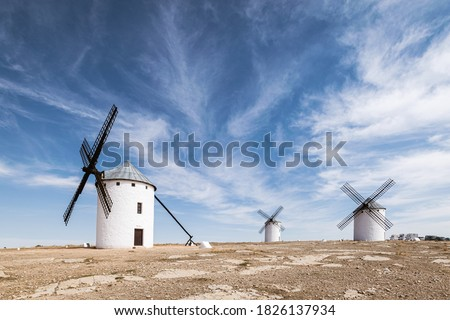 Old white windmills against a blue sky in Campo de Criptana, Castile la Mancha, Spain. Foto stock ©