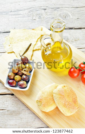 olives, tomatoes and bread