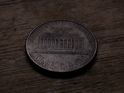 one cent coin with the image of the Lincoln Memorial