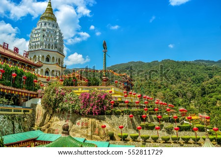 One of the most famous Temple located in Penang, Malaysia called 'Kek Lok Si'. In English we called it 'Peace Temple'. The construction start since 1890. It's a trademark of Penang Island. Foto stock ©
