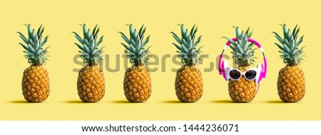 One out unique pineapple wearing headphones on a solid color background Foto stock ©