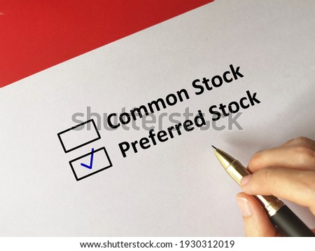 One person is answering question. He chooses preferred stock Zdjęcia stock ©